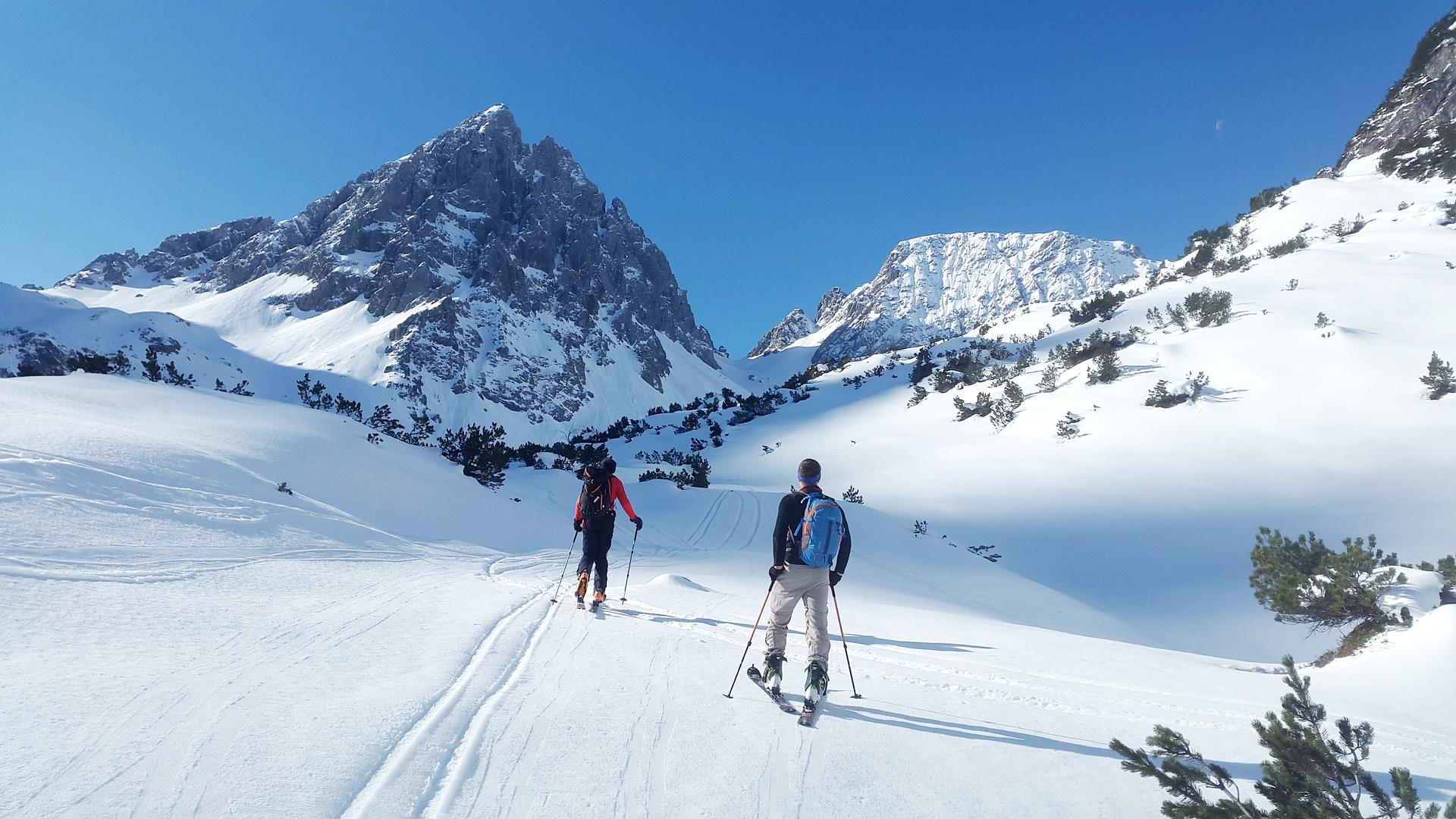 backcountry-skiiing-1363750_1920